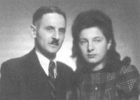 Mit Tochter Anni, Prag 1943